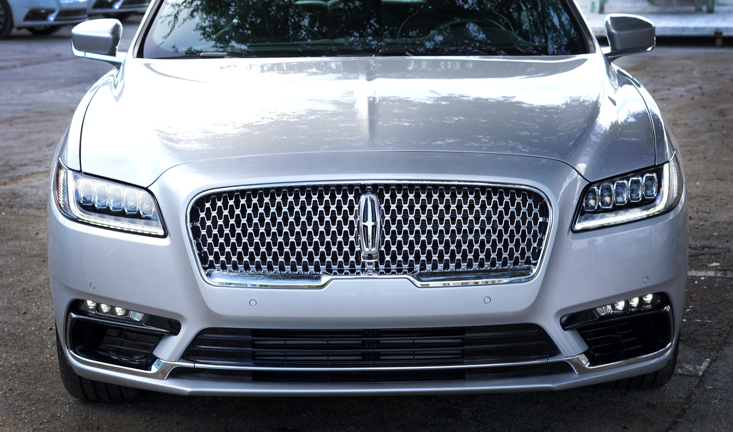 2017-lincoln-continental-front-grill-view