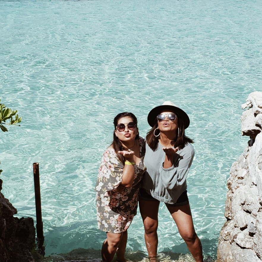 Bestfriends by the beach blowing kisses